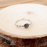 Zilveren ring met zonnetje en stippels_