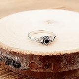 Zilveren bewerkte ring met kleine onyx_