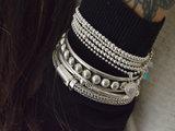Zilveren balletjesarmband met bedel en turquoise kraal_
