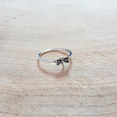 Ring van zilver met dragonfly