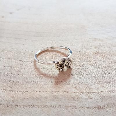 Ring van zilver met klein olifantje