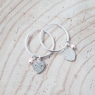 Oorringen van zilver met hartje en roze kraal