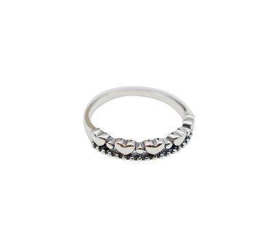 Ring van zilver met kleine hartjes
