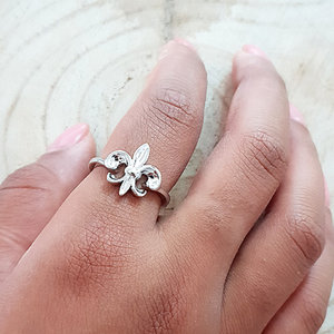 Ring van zilver met lelie