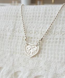 Ballchain ketting van zilver met bewerkt hart van zilver