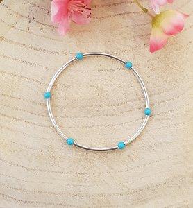 Zilveren elastische armband met turquoise kralen