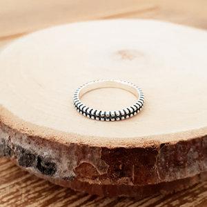 Zilveren ring met streepjes rondom