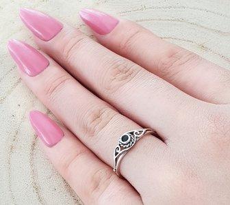 Zilveren bewerkte ring met kleine onyx