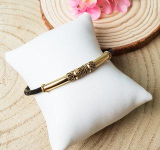 Zwarte armband met goud verguld tussenstuk