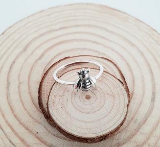 Zilveren ring met een bijtje