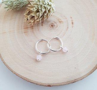 Zilveren oorringen met roze kralen